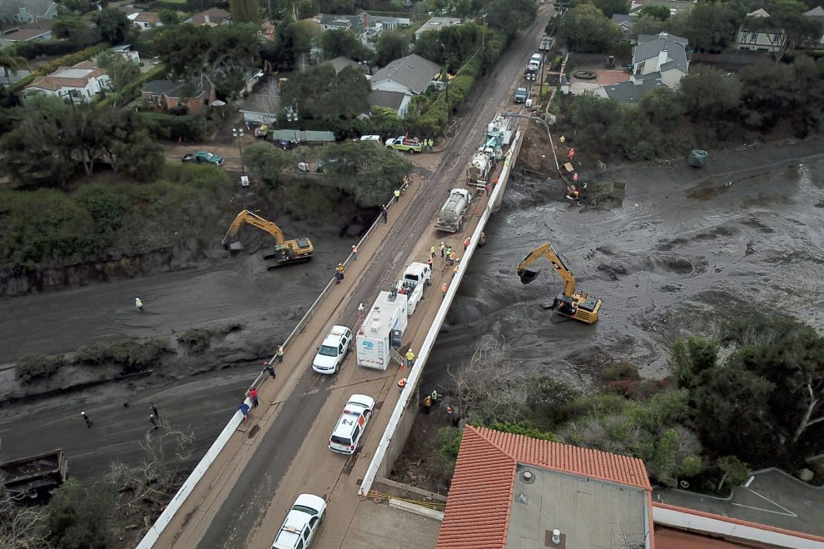 Crews work to clear a mud inundated 101 Freeway after heavy rains caused deadly mudslides in Montecito, California, USA, January 16, 2018. A rain storm in southern California has damaged over 100 homes, killed at least 17 people in Montecito, Califor