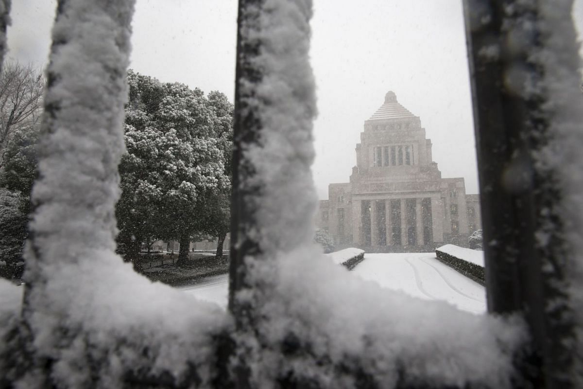 Snow falls as the National Diet building stands in Tokyo, Japan, on Jan 22, 2018.