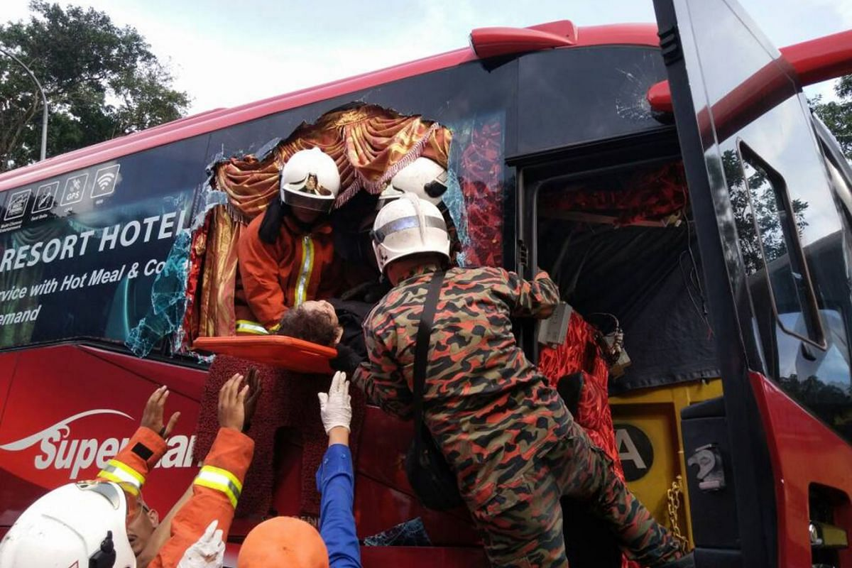 One person was killed and 13 other individuals, mainly Singaporeans, were injured in an accident at Kilometre 30.9 of the Karak-Kuala Lumpur Expressway near Kuala Lumpur on April 7. PHOTO: SELANGOR FIRE AND RESCUE DEPARTMENT