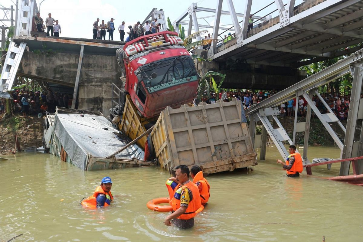 Police search the area of a collapsed bridge section over the Bengawan Solo river in Tuban, East Java, Indonesia on April 17, 2018. PHOTO: ANTARA FOT0 VIA REUTERS