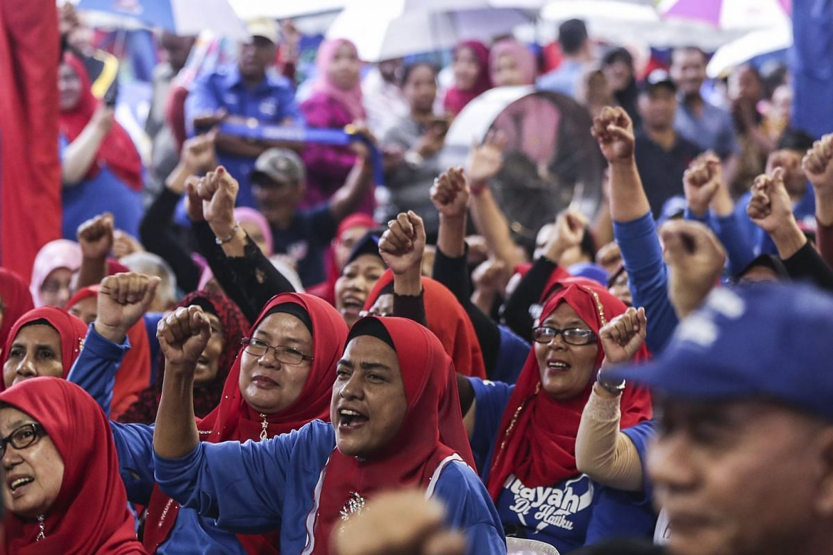 Supporters of Malaysian Prime Minister and National Front coalition President Najib Razak shout as they wait for him to meet them in Kuala Lumpur, on May 1, 2018.
