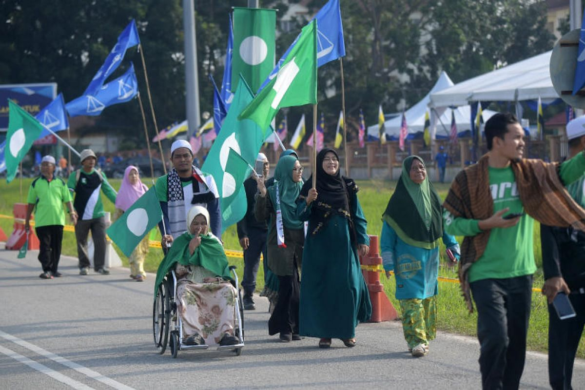 PAS supporters going to the nomination center on Bagan Datuk, on April 28, 2018.