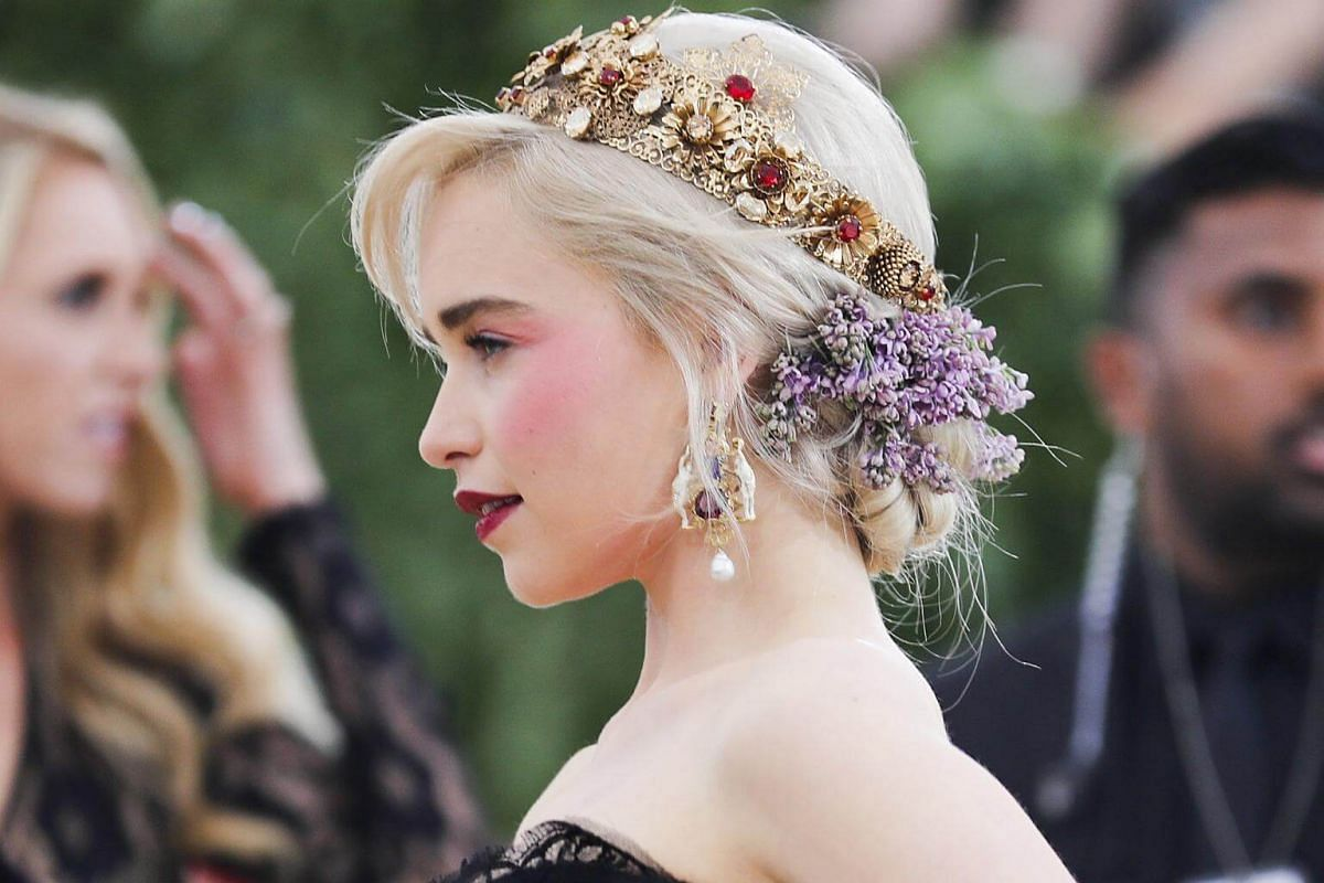 Game Of Thrones star Emilia Clarke does mediaeval princess meets spring maiden beautifully, accenting her circlet with an artful spray of fresh flowers.
