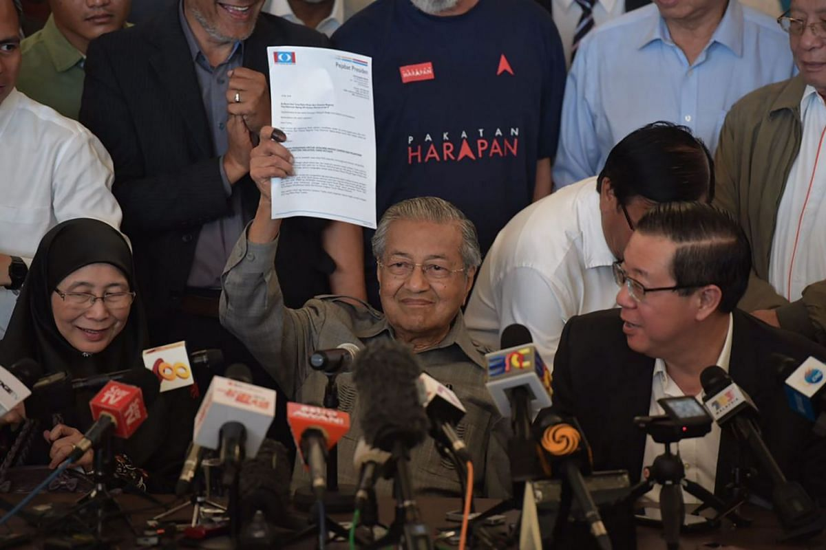Dr Mahathir Mohamad holds up a document addressed to  Yang di-Pertuan Agong,  Malaysia's king, during a  press conference at the Sheraton Petaling Jaya Hotel on May 10, 2018.ST PHOTO: KUA CHEE SIONG