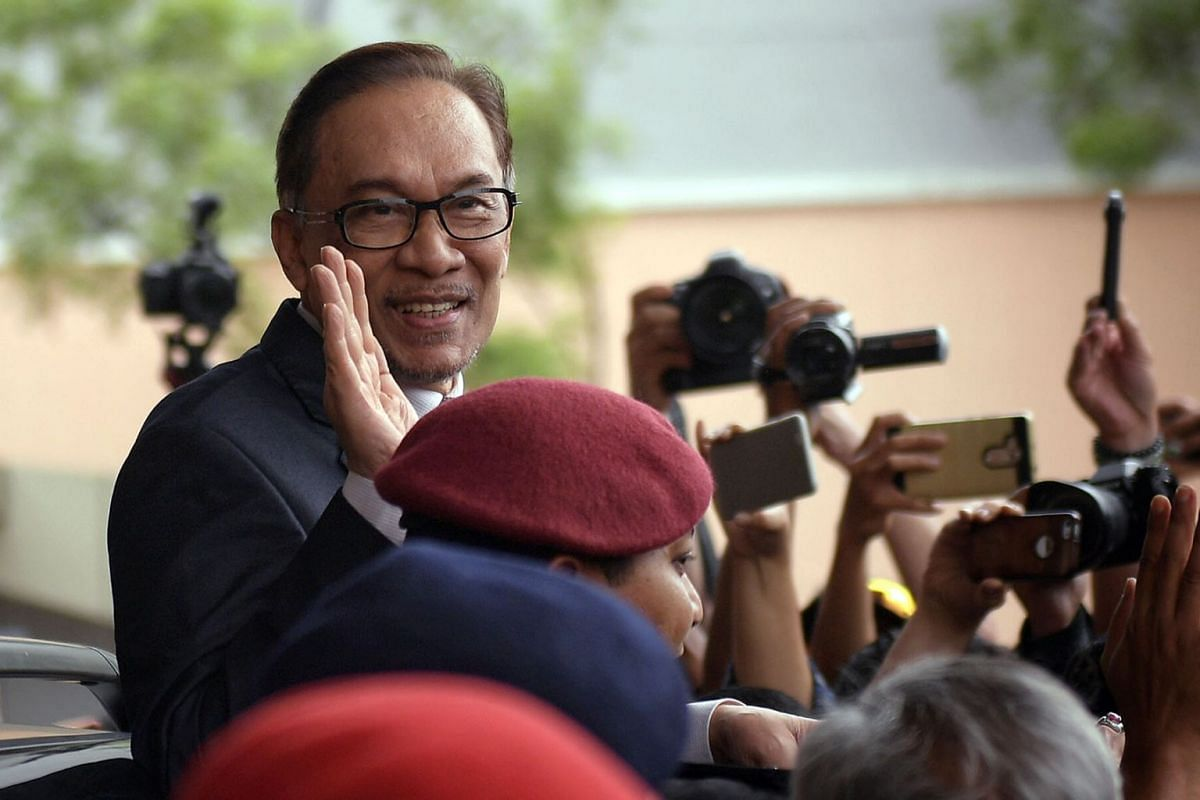 Datuk Seri Anwar Ibrahim, waving to his supporters after leaving a Kuala Lumpur hospital on May 16, 2018. PHOTO: THE STRAITS TIMES/ARIFFIN JAMAR