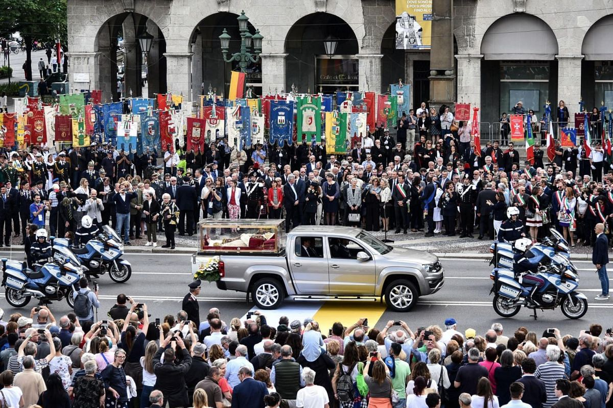 The urn containing the remains of Pope John XXIII, who died in 1963, arrives in Vittorio Veneto Square in Bergamo, northern Italy, May 24, 2018. The body of Pope John XXIII returned today to his northern native land.
