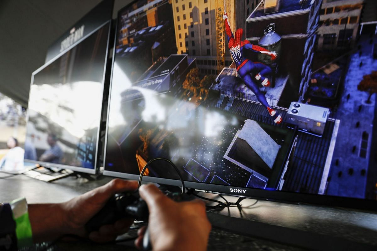 An attendee plays the Spider-Man video game during the Sony Corp. Playstation event ahead of the E3 Electronic Entertainment Expo in Los Angeles, California, U.S., on June 11, 2018. PHOTO: BLOOMBERG