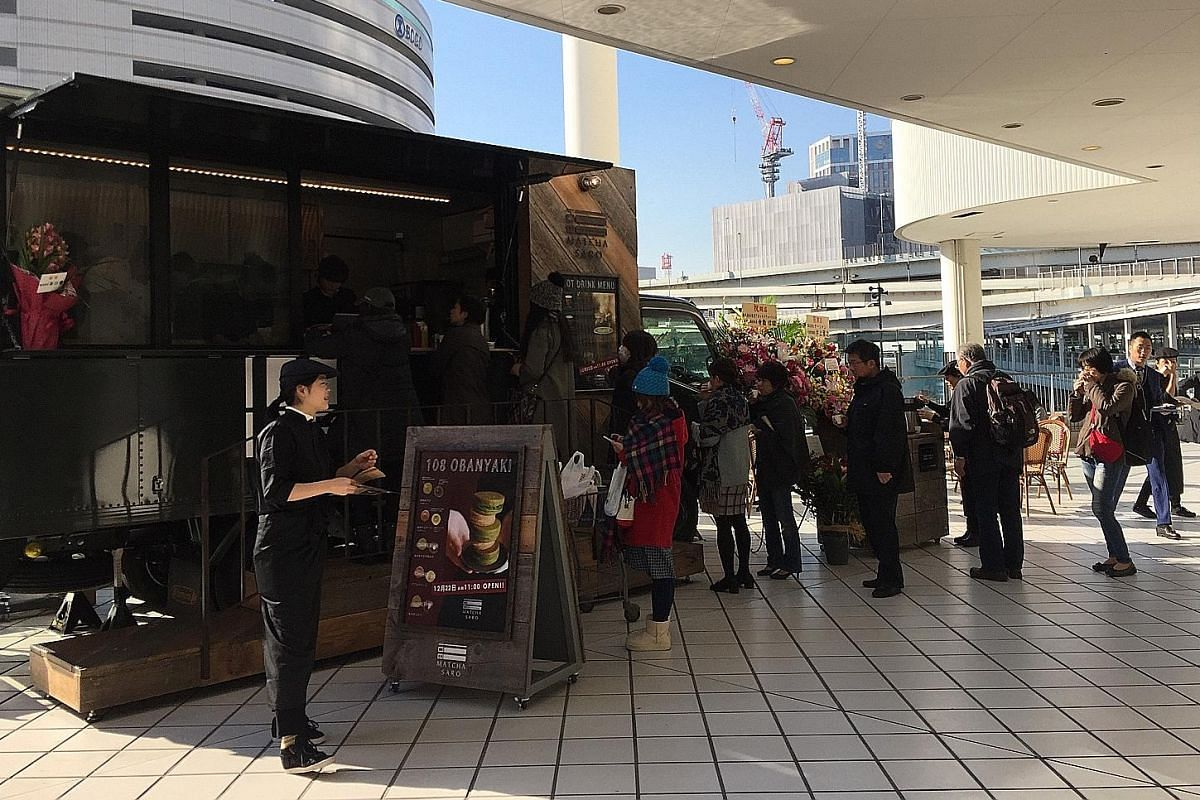 A seminar on how to get started in the food truck business being conducted in January at Food Truck Company by its CEO Ikuo Asaba. Since last year, he has held 24 sessions, attended by over 700 people in total. Workers from nearby offices in a Tokyo