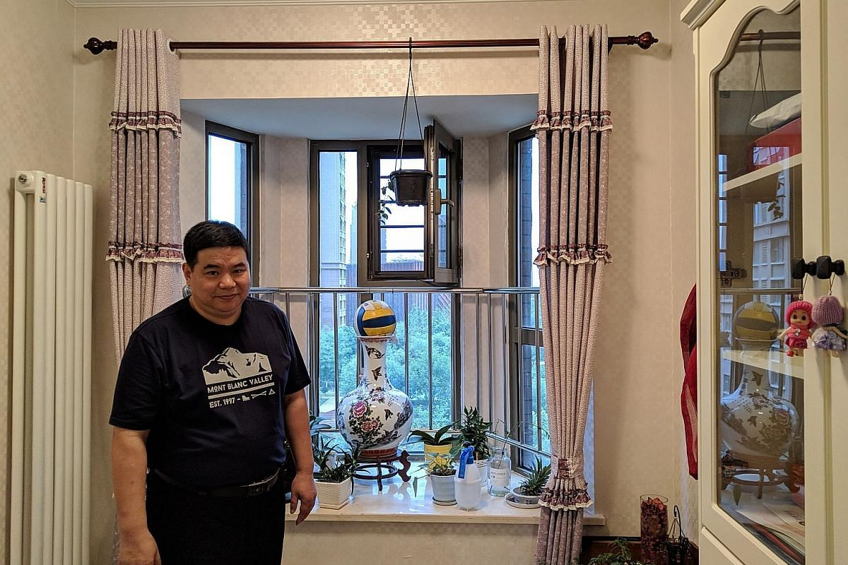 Electronic parts firm managing director Huang Daqing moved to Tianjin Eco-city for his daughter's schooling, but decided to stay because of the peaceful living environment.