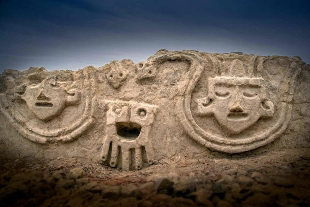 Handout picture released by the Archeological Zone of Caral on Aug 16, 2018 showing high relief decorations on a recently unearthed wall at the archaeological site of Vichama, on the Huaura Valley, on the coast of the Peru, 140 km north of Lima. PHOT