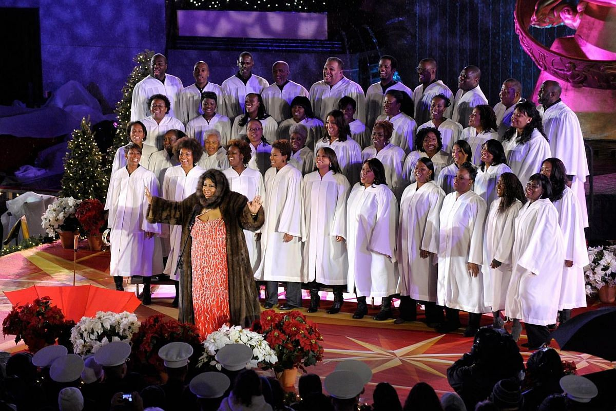 Singer Aretha Franklin (centre) performs at the 77th Annual Rockefeller Center Christmas Tree Lighting ceremony in New York, on Dec 2, 2009.