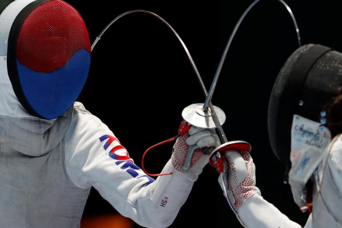 Jeon Hee Sook of South Korea (left) competes with Sera Azuma of Japan in the Women's Individual Foil fencing semifinal match at the Asian Games 2018 in Jakarta, Indonesia on 20 Aug, 2018. PHOTO:REUTERS