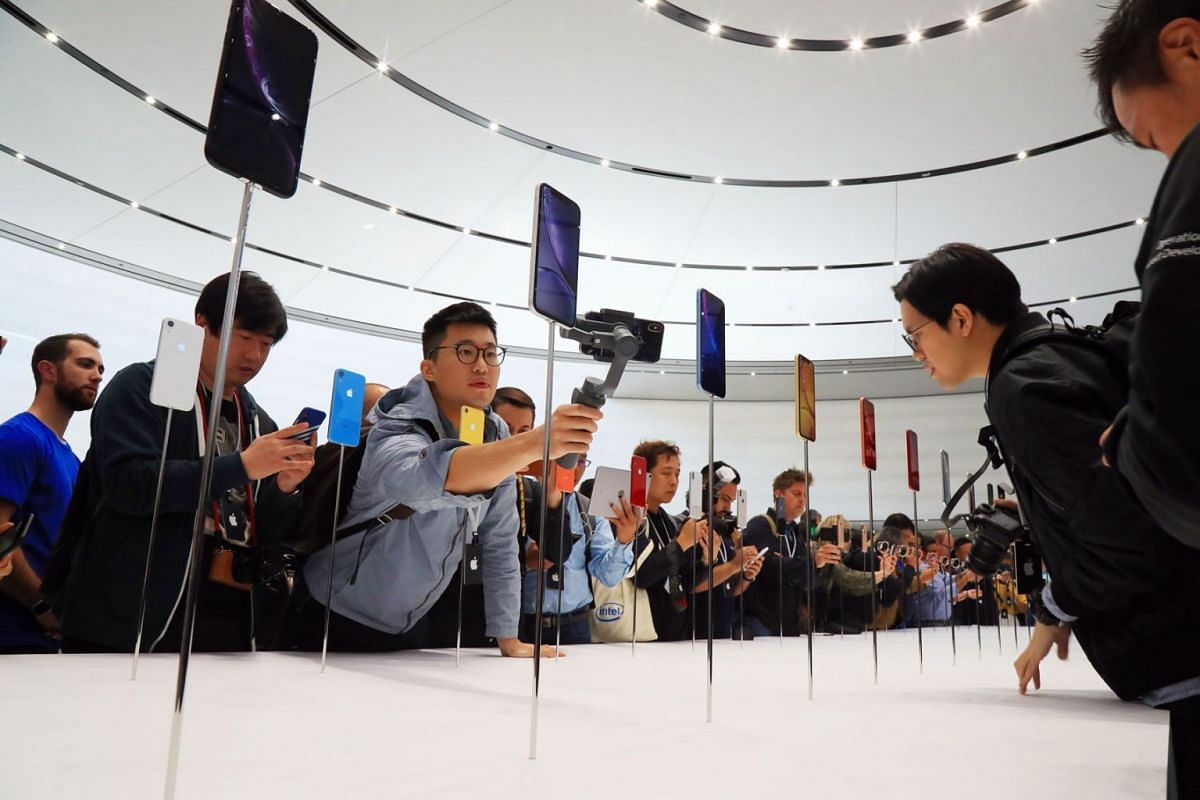 Members of the media check out new products unveiled at Apple's launch event in Cupertino, Calif., Sept. 12, 2018. PHOTO: THE NEW YORK TIMES