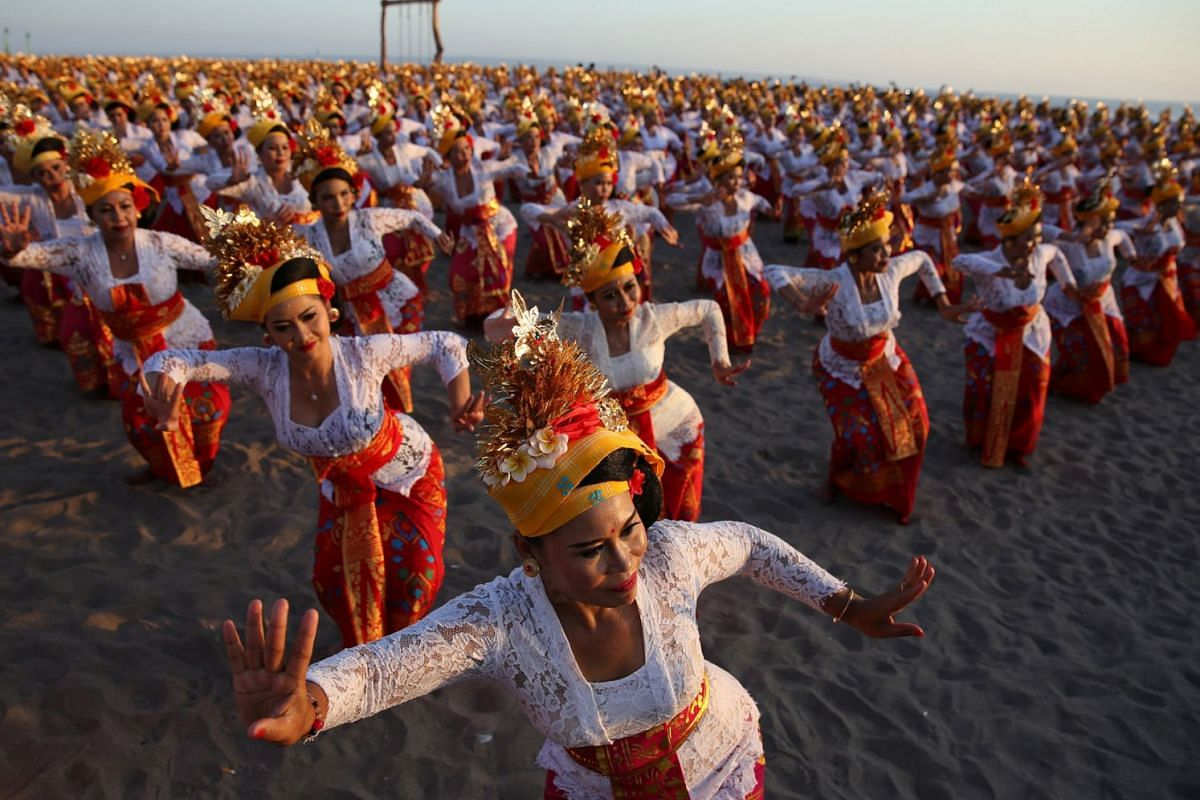 Around two thousand Balinese Hindu women perform the Tenun dance in an attempt to break an Indonesian record at the closing ceremony of the Petitenget Festival, Bali, Indonesia, September 16 2018.