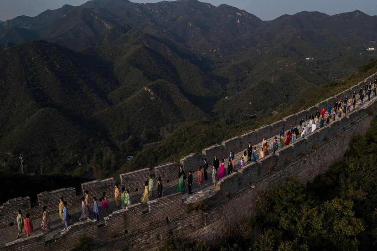Models walk along the Great Wall of China during the Pierre Cardin China Legend 40th Anniversary Fashion Show on the outskirts of Beijing on September 20, 2018. PHOTO: AFP