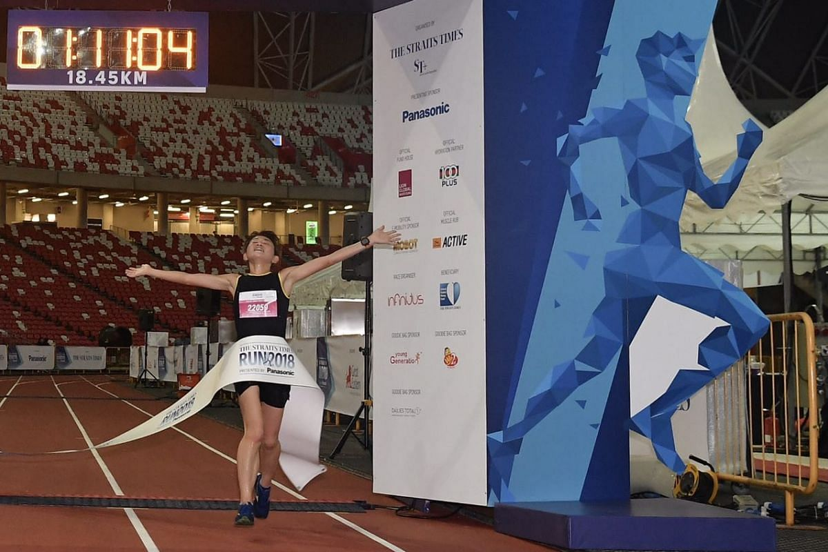 Maki Inami, the first female runner for the 18.45km race, crossing the finish line at the National Stadium.
