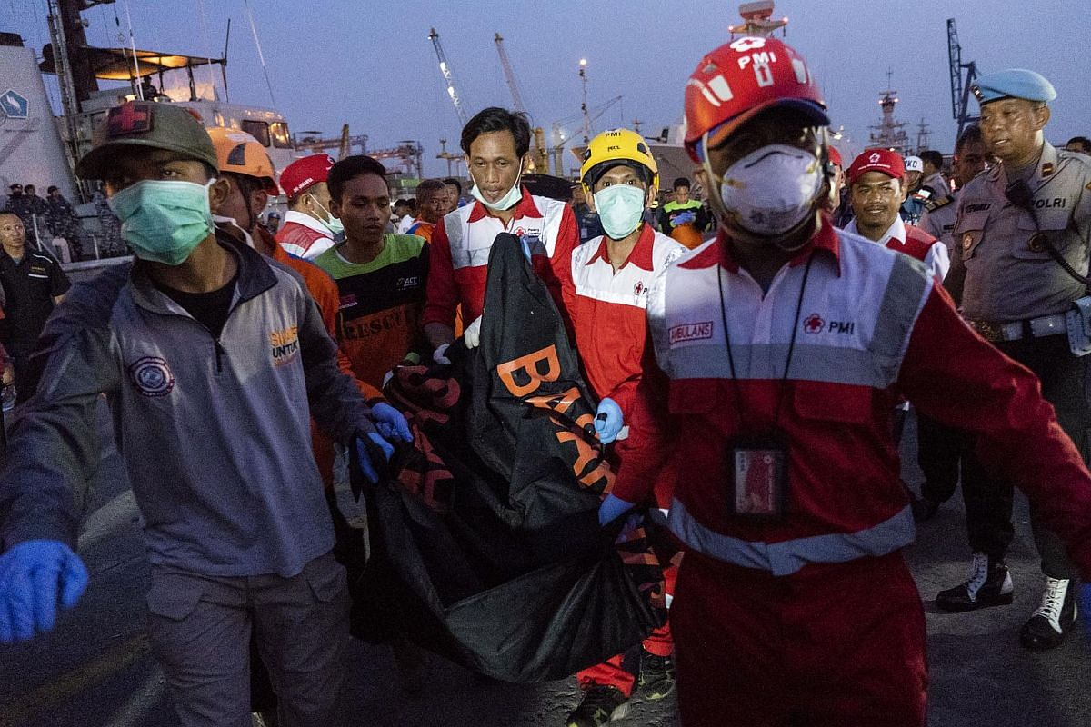 Search and rescue team members carry a body recovered from the crash on the dockside at Tanjung Priok port in Jakarta on Oct 29, 2018.
