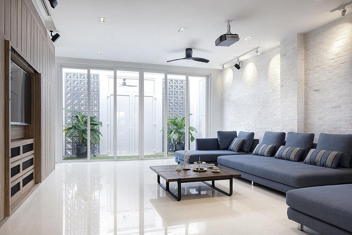 The absence of partition walls (above) encourages cross-ventilation. A double entrance (right) enhances privacy while allowing the owners to open the sliding door to let the breeze in.