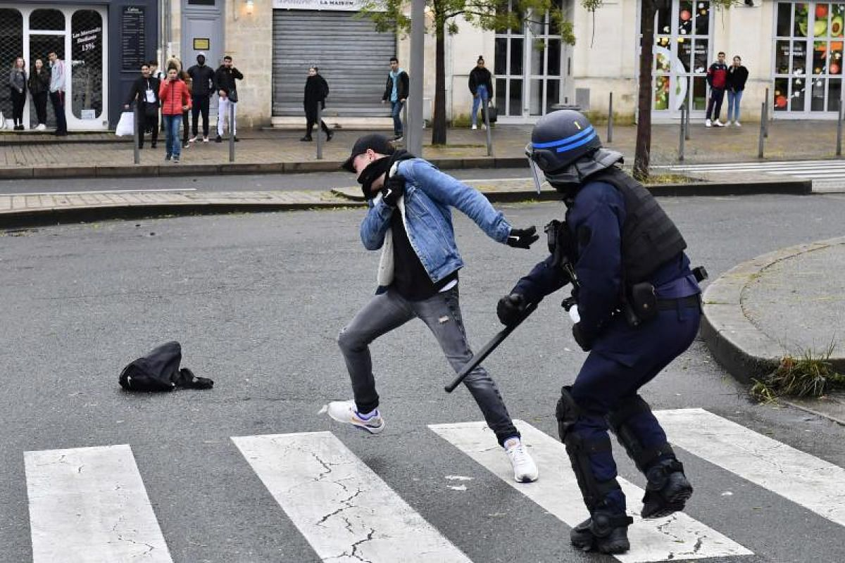 A high school student clashes with a riot police officer during a demonstration against French government Education reforms on December 3, 2018 in Bordeaux, southwestern France. PHOTO: AFP