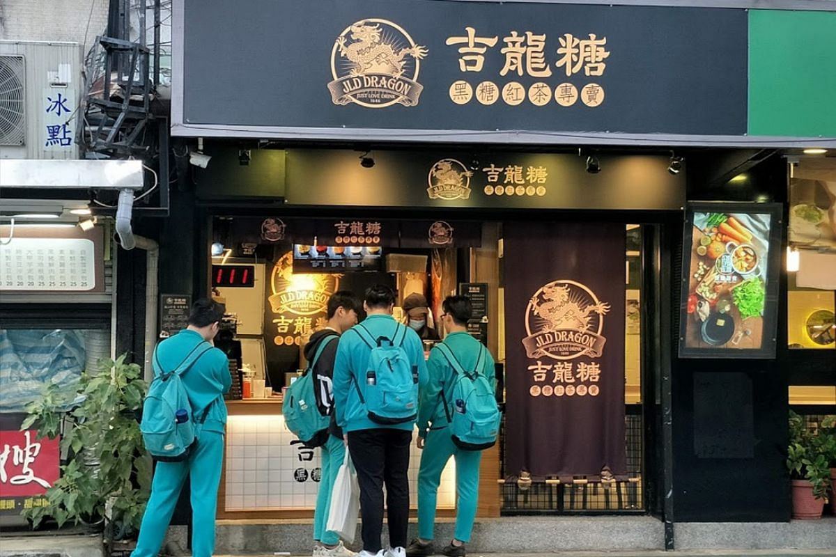 Students buying bubble tea at an outlet of the JLD Dragon brand of shops in Xinyi district, Taipei. Today, bubble tea is popular not just in Taiwan but also around the world.