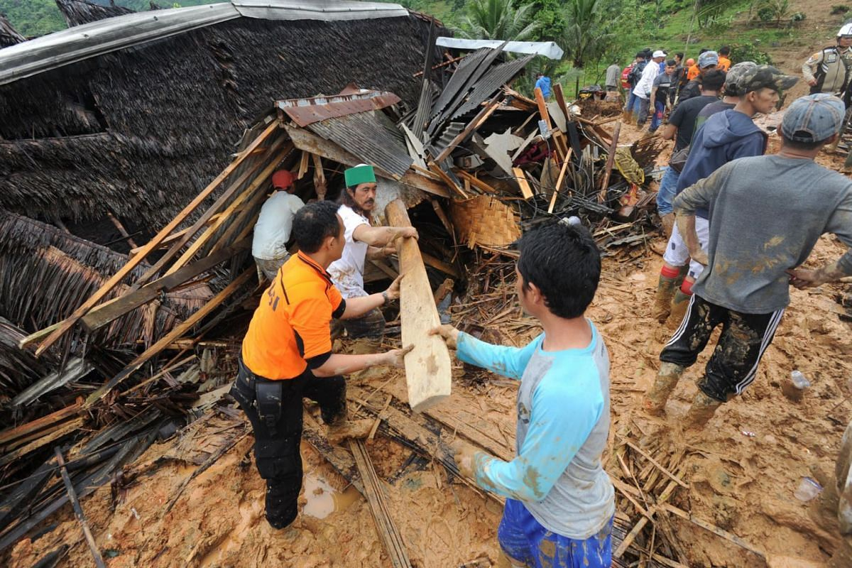 Indonesian villigers and rescuers search for landslide victims at Sirnaresmi village in Sukabumi, Indonesia, January 1, 2019. PHOTO: EPA-EFE