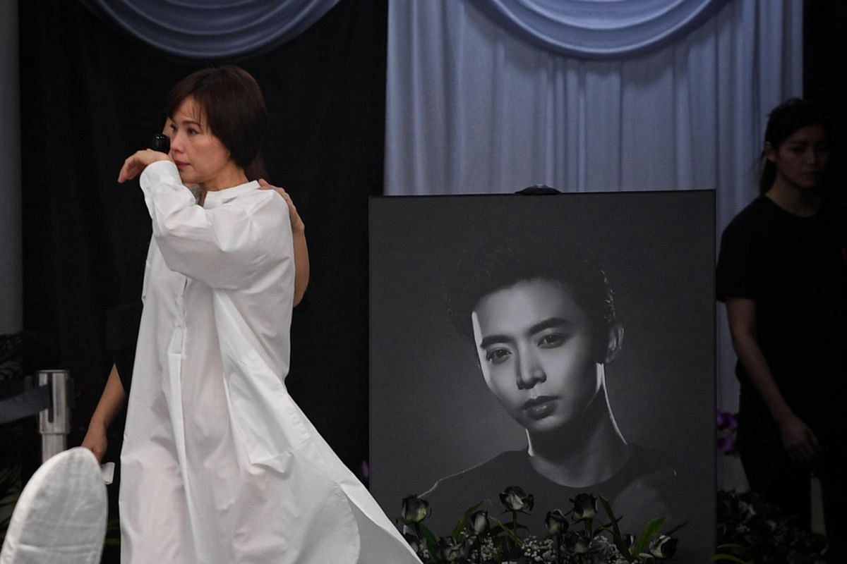 Actress Zoe Tay crying during the wake of actor Aloysius Pang, on Jan 26, 2019.