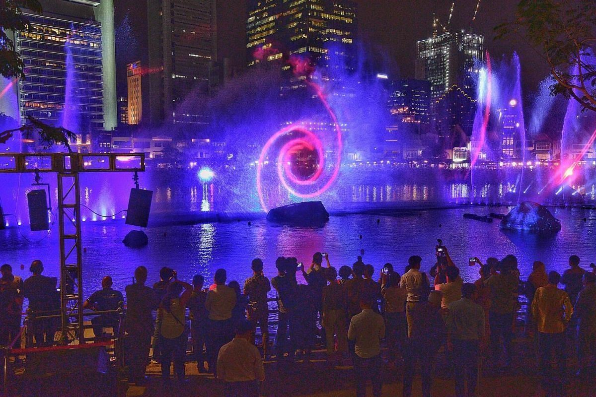 Using light, sound, projection and water, and set against the city skyline, Bridges of Time tells the story of a traveller who sails through time and space to reach a mythical island - Singapore.