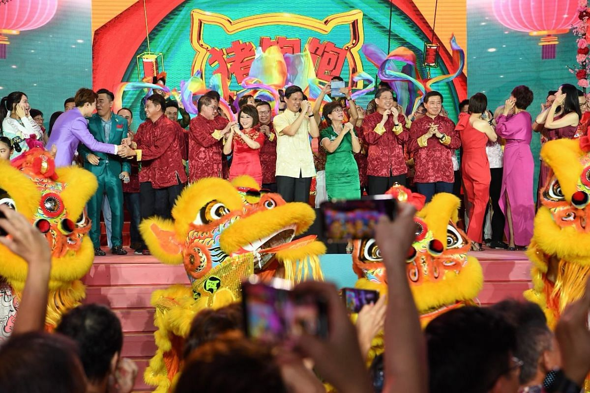 Celebrating the Chinese New Year countdown in Chinatown are Dr Lily Neo, Mr Chan Chun Sing, Minister for Trade and Industry, and Ms Denise Phua, plus Mediacorps artists, performers and others.