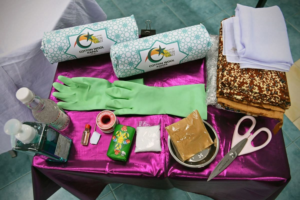 Items such as white and batik pieces of cloth, gloves, cotton wool, soap, sandalwood, rose water, camphor, oil perfume and scissors are needed for bathing the deceased.