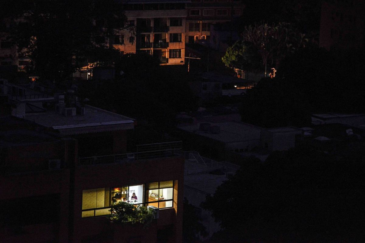 """View of the Chacao neighborhood during a power cut in Caracas on March 7, 2019. - The government of Nicolas Maduro denounced a """"sabotage"""" against the main electric power dam in the country, after a massive blackout left Caracas and vast regions of Ve"""