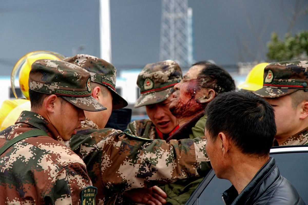 Paramilitary police officers transfer an injuried man after an explosion in Yancheng in China's eastern Jiangsu province on March 21, 2019. PHOTO: AFP