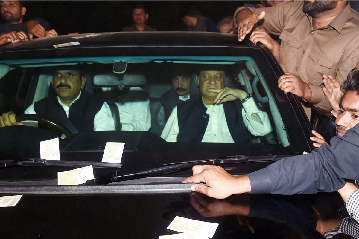 Pakistani former prime minister Nawaz Sharif (R) leaves the Kot Lakpat jail after his release in Lahore on March 27, 2019. - Pakistan's top Supreme Court on March 26 granted former premier Nawaz Sharif bail for six weeks, suspending his sentence and
