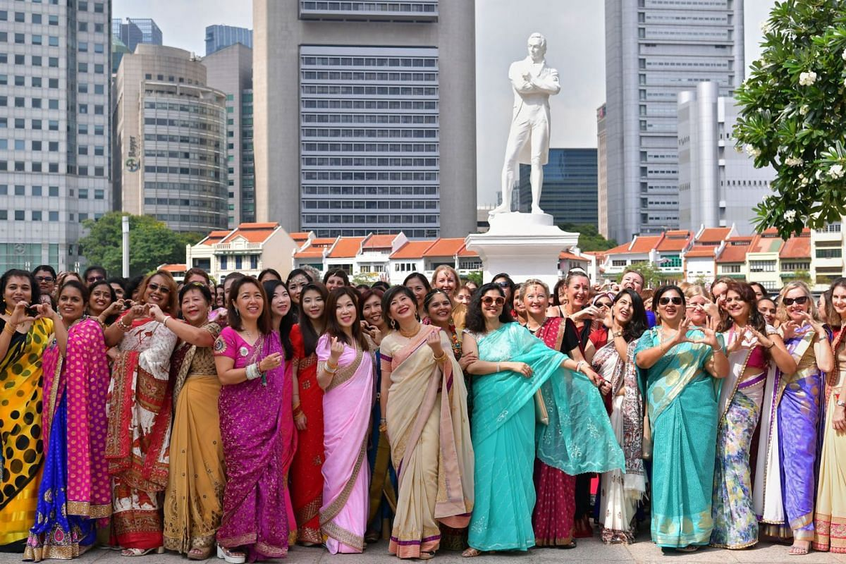 A sea of colours swept through the banks of the Singapore River on March 31, 2019, as more than 200 women of 42 nationalities decked in saris gathered in front of the statue of Sir Stamford Raffles. PHOTO: THE STRAITS TIMES/NG SOR LUAN