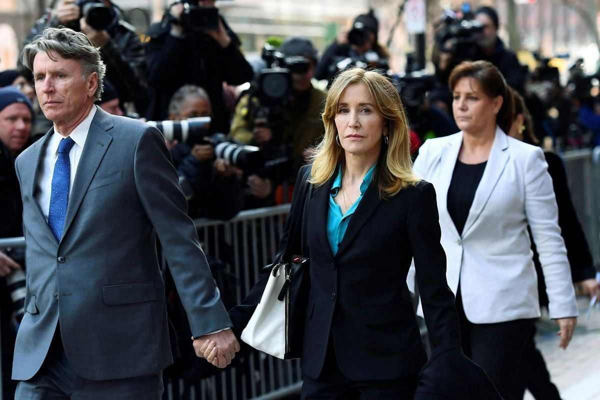 Actor Felicity Huffman leaves the federal courthouse after facing charges in a nationwide college admissions cheating scheme in Boston, Massachusetts, U.S., April 3, 2019. PHOTHO: REUTERS