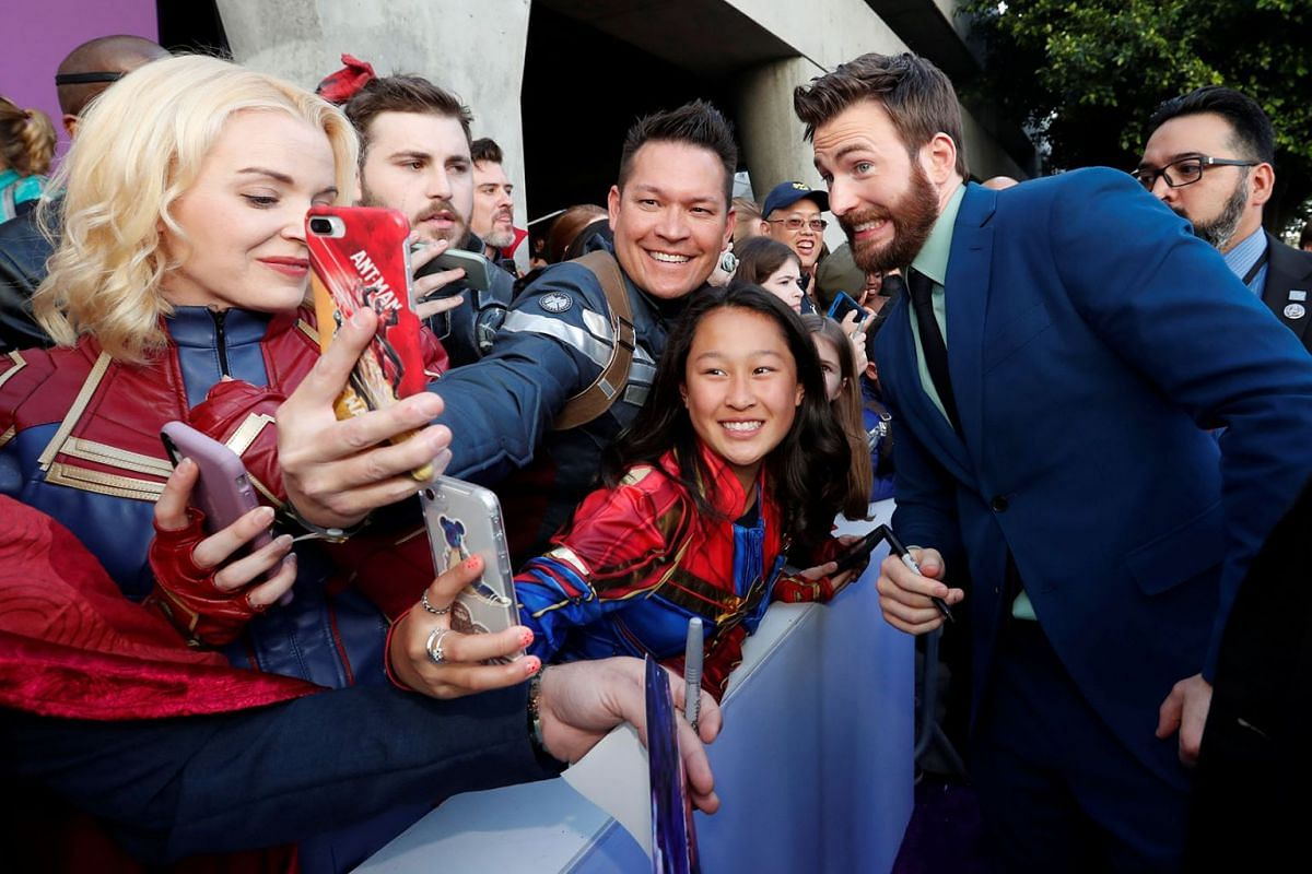 """Cast member Chris Evans poses with fans on the red carpet at the world premiere of the film """"The Avengers: Endgame"""" in Los Angeles, California, April 22, 2019. PHOTO: REUTERS"""
