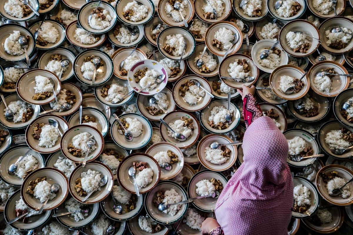 An Indonesian woman prepares food for Muslims breaking their fast during the holy month of Ramadan at Jogokariyan Mosque in Yogyakarta on May 11, 2019.