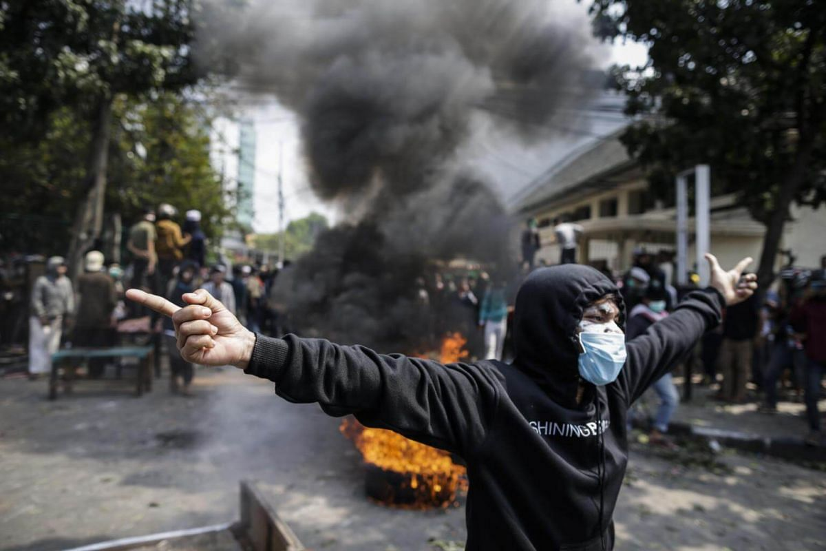 An Indonesian protester shouts slogans at officers during a protest outside the election supervisory board building in Jakarta on May 22, 2019.