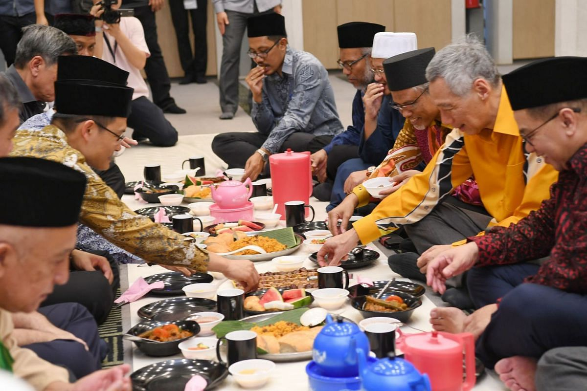 Prime Minister Lee Hsien Loong at the break-fast session at Masjid Alkaff Upper Serangoon, May 28, 2019. He was flanked by the mosque's executive chairman Kassim Kamis (right) and Minister-in-charge of Muslim Affairs Masagos Zulkifli. Muis chief ex