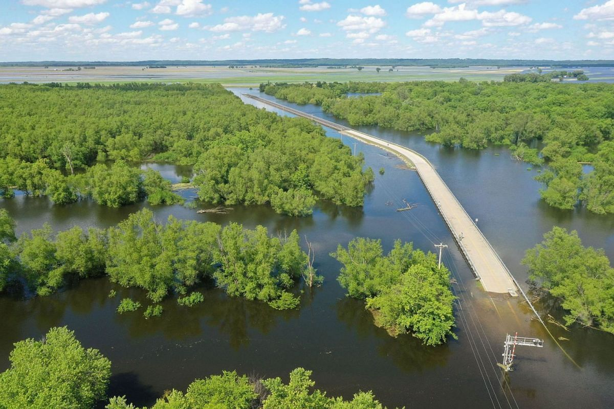 Floodwater from the Mississippi River cuts off the roadway from Missouri into Illinois at the states' border on May 30, 2019 in Saint Mary, Missouri. PHOTO: GETTY IMAGES/AFP