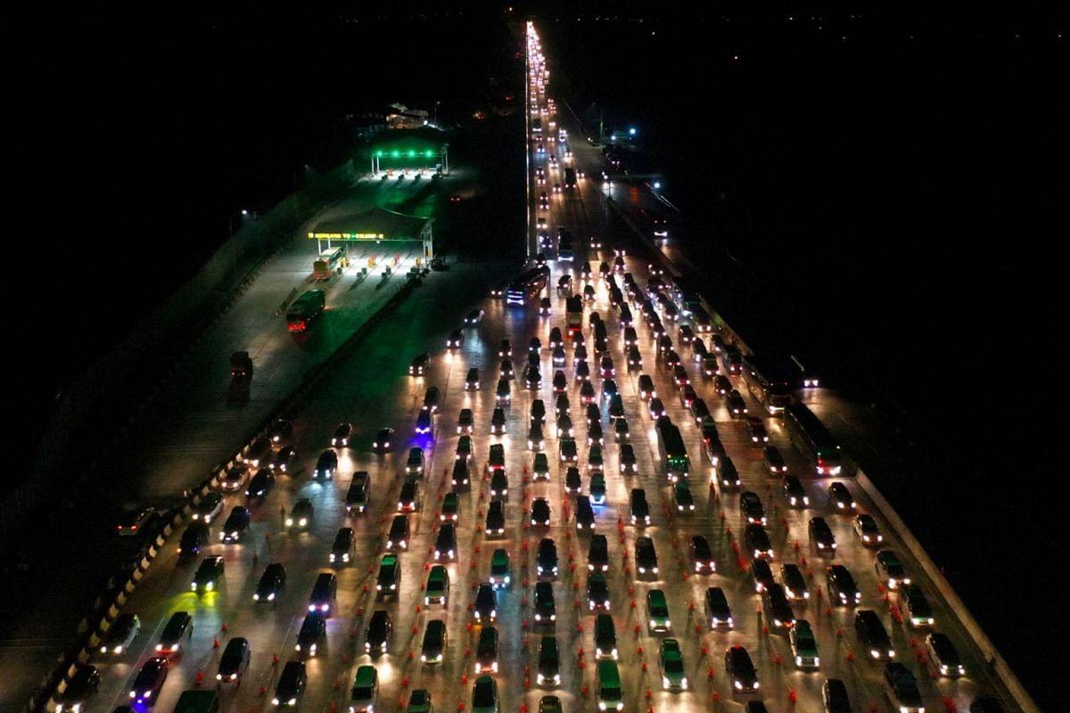 Vehicles queue to enter Cikampek Utama toll gate as people head to their hometowns to celebrate the upcoming Eid al-Fitr in Karawang, West Java province, Indonesia, June 1, 2019.