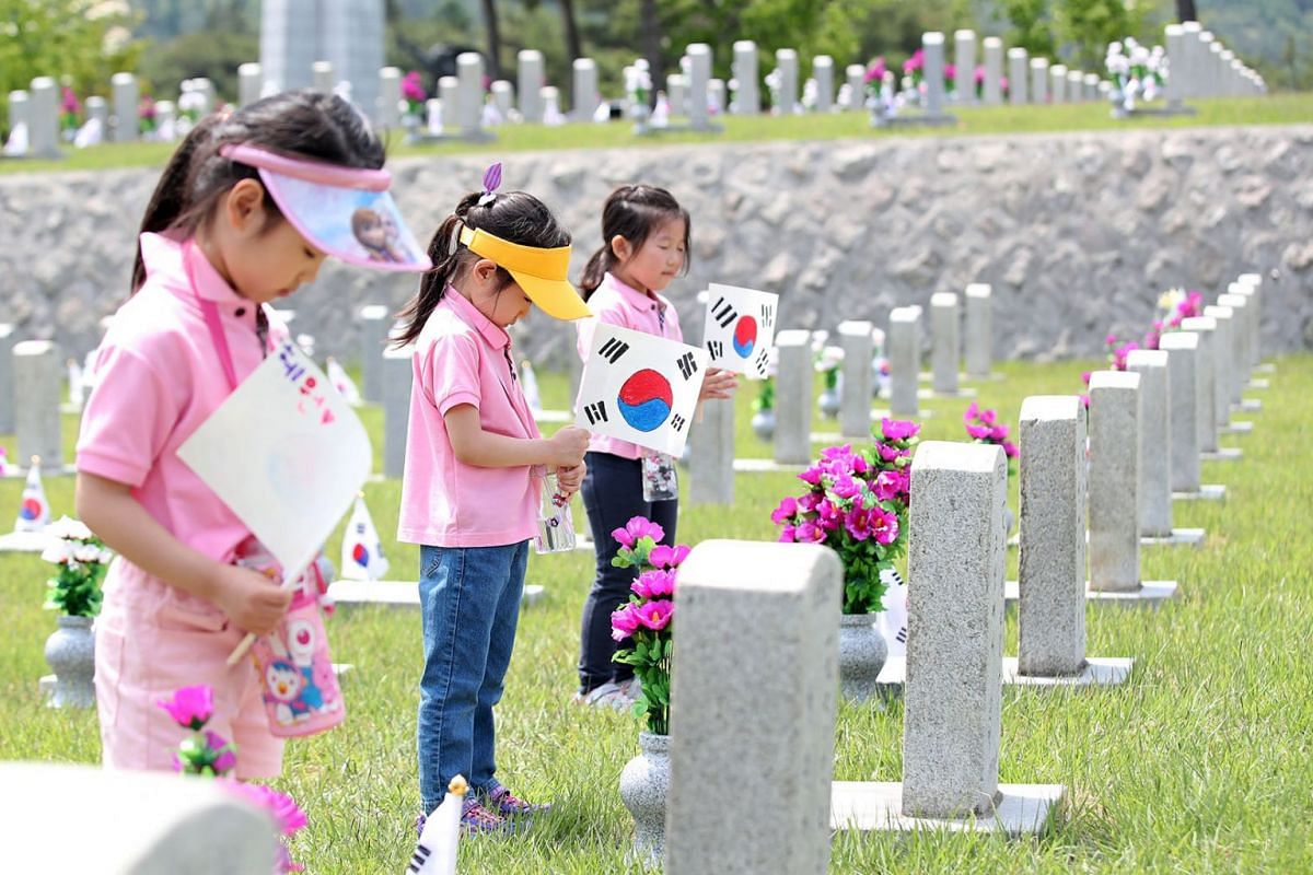 Kindergarteners pay tribute to South Korean patriotic martyrs at the National Cemetery in Seoul, South Korea, June 4, 2019, two days ahead of Memorial Day.