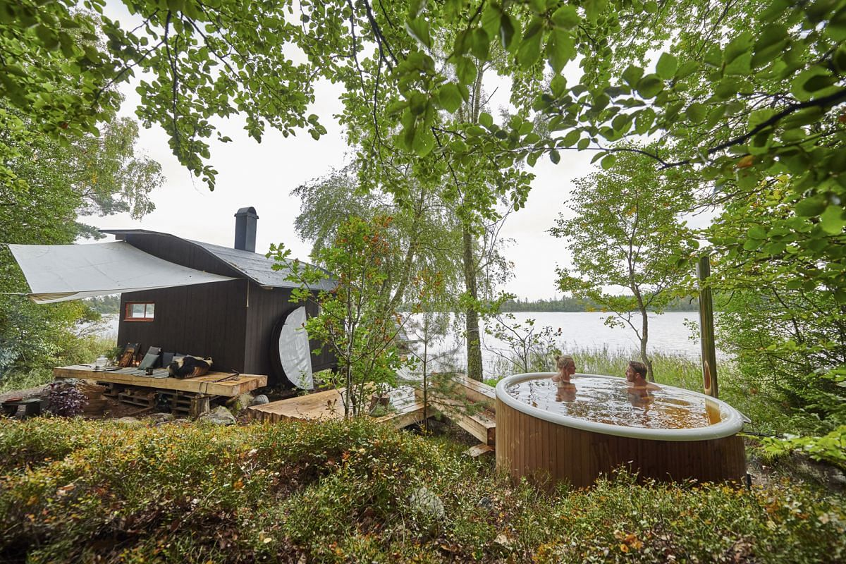A boathouse and hot tub at Stedsans in the Woods.