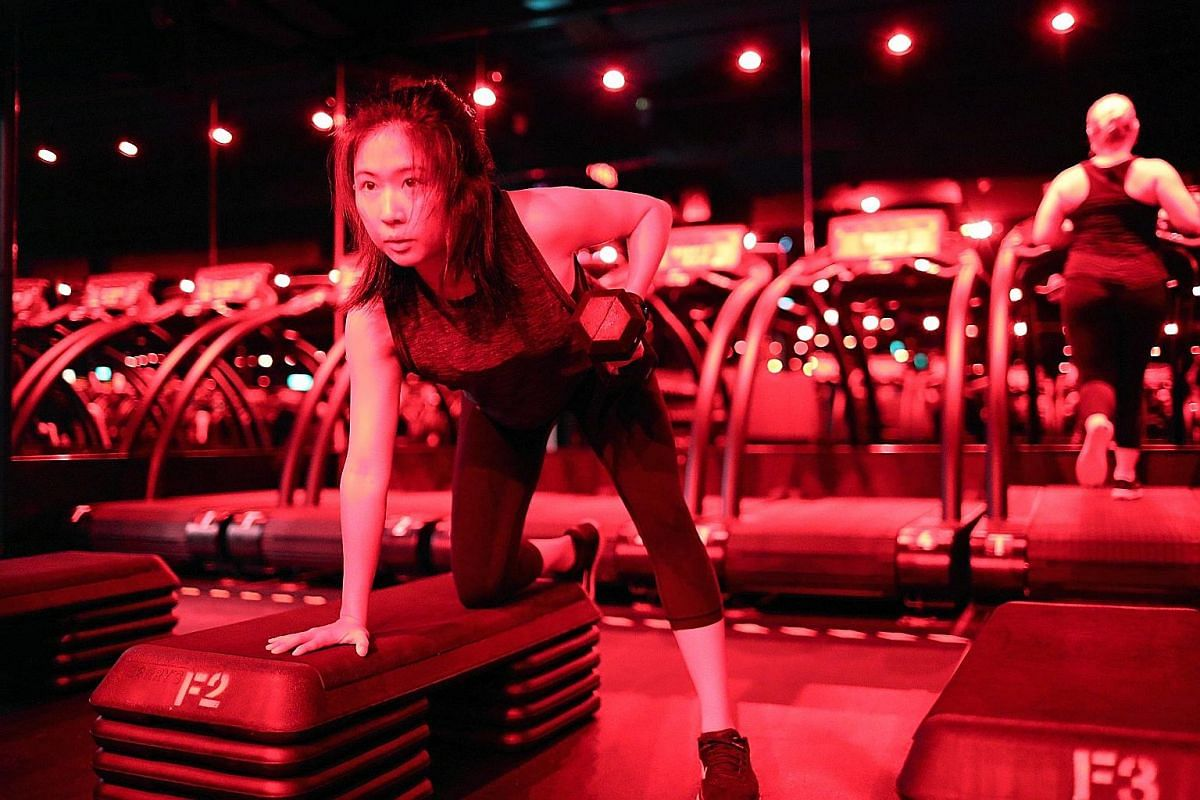 Clara Lock doing rows during the floor exercises segment at Barry's Bootcamp, which combines 25 minutes on the treadmill with 25 minutes of strength and conditioning.