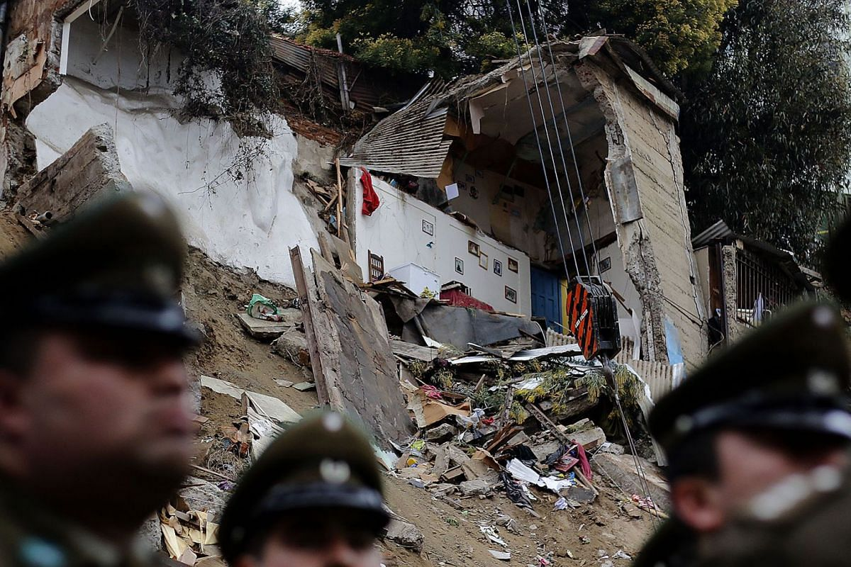 A general view of the site were two residential buildings collapsed, killing at least six in Valparaíso, Chile, 15 August 2019. PHOTO: AGENCIA UNO VIA DPA