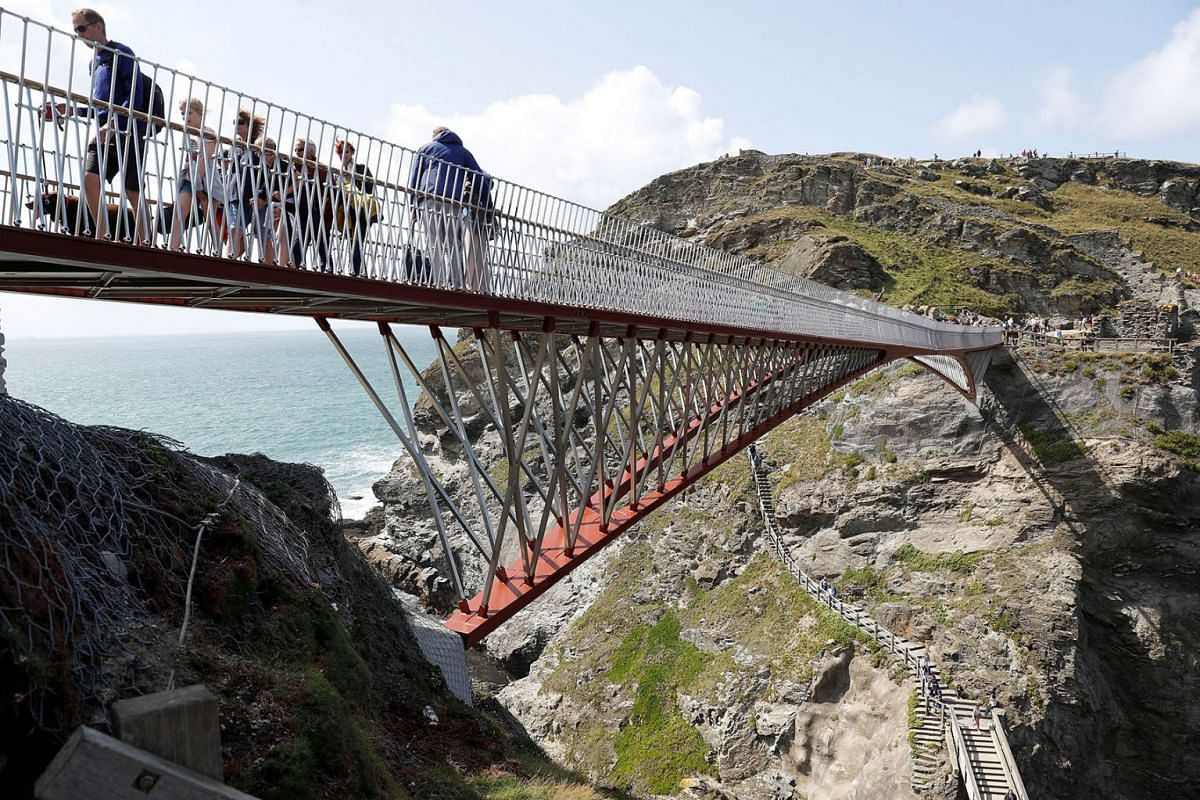 A new and recently opened footbridge is used by tourists to access Tintagel Castle in Tintagel, Britain, August 19, 2019. PHOTO: REUTERS