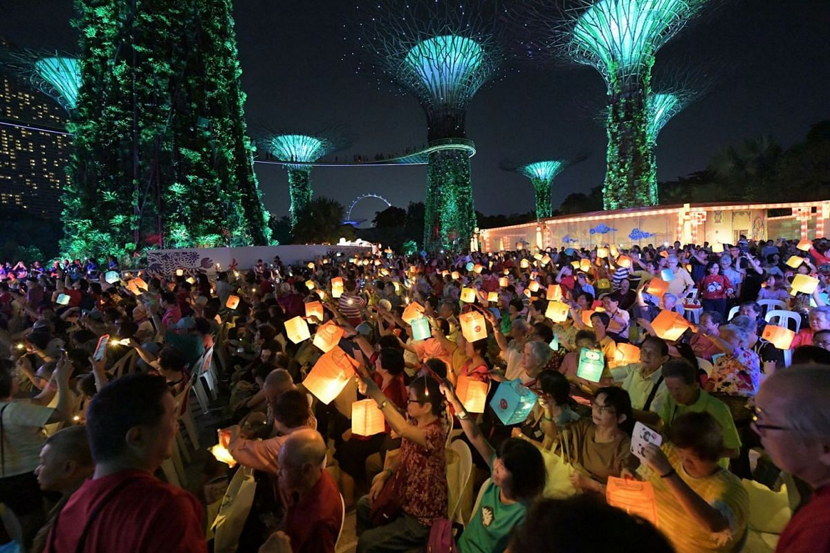 A total of 880 seniors took part in a mass singalong on September 10, 2019, at Supertree Grove in Gardens by the Bay, to celebrate the Mid-Autumn Festival, which falls on Friday (Sep 13). PHOTO: THE STRAITS TIMES/ALPHONSUS CHERN