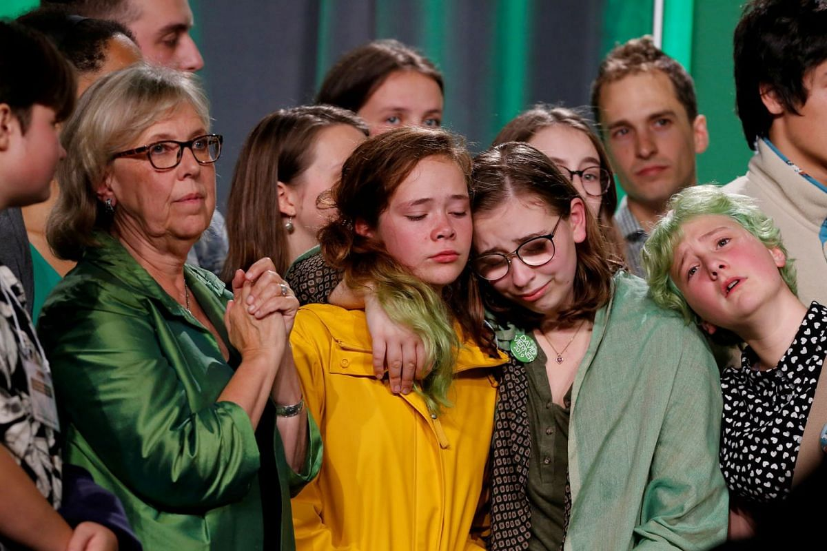 Green Party leader Elizabeth May reacts alongside supporters after the federal election in Victoria, British Columbia, Canada October 21, 2019. PHOTOH: REUTERS