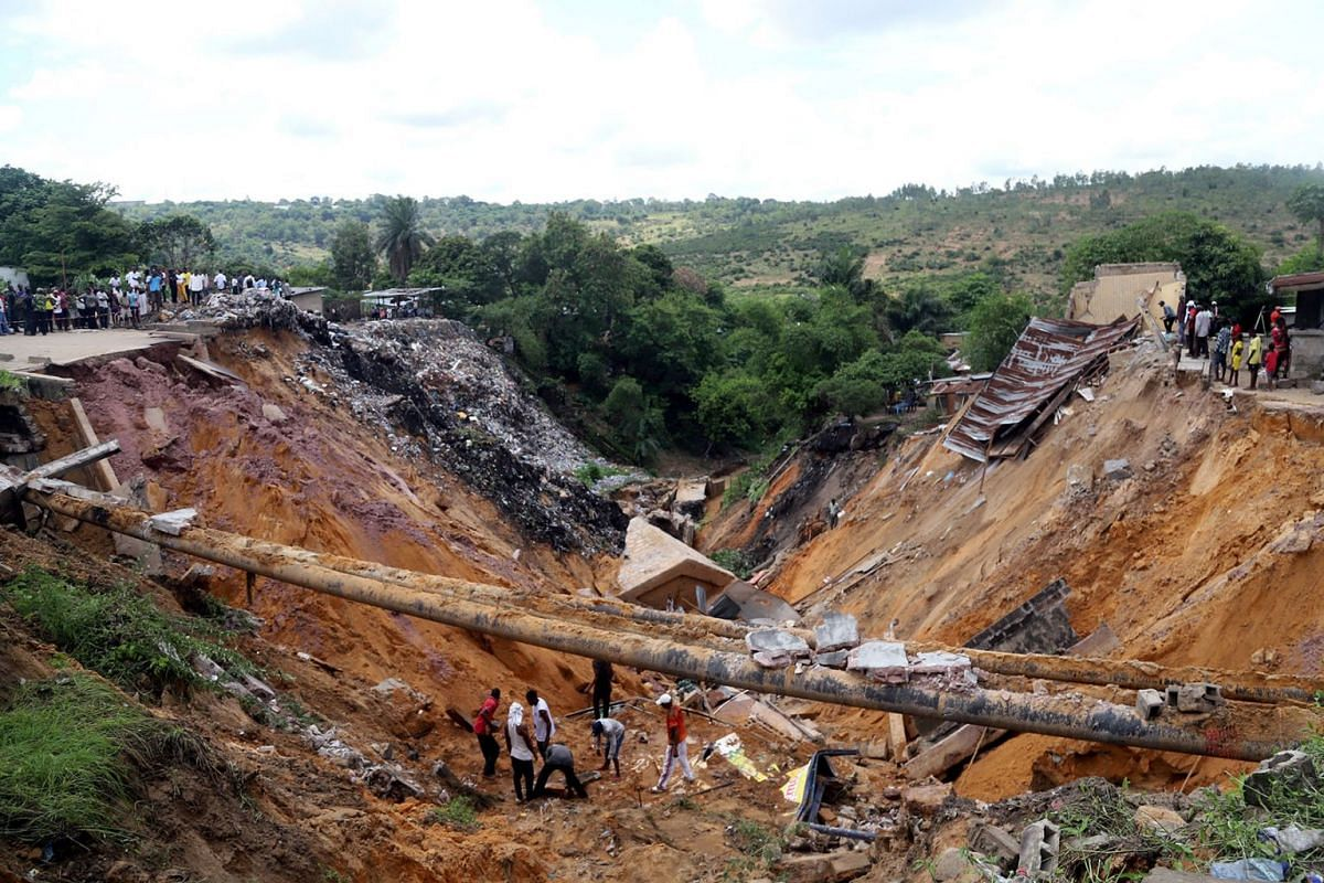 Residents search for the bodies of their missing kin at the scene of a landslide following torrential rains near the University of Kinshasa, in the Democratic Republic of Congo November 27, 2019. PHOTO: REUTERS