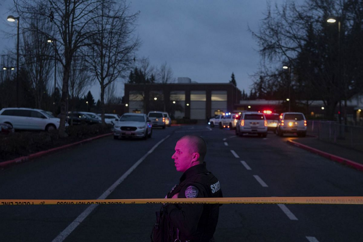 A Clark County Sheriff's deputy watches traffic pass by Sarah J. Anderson Elementary School in Vancouver, Wash., following a shooting on the school's campus on Tuesday, Nov. 26, 2019. PHOTO: THE COLUMBIAN VIA AP