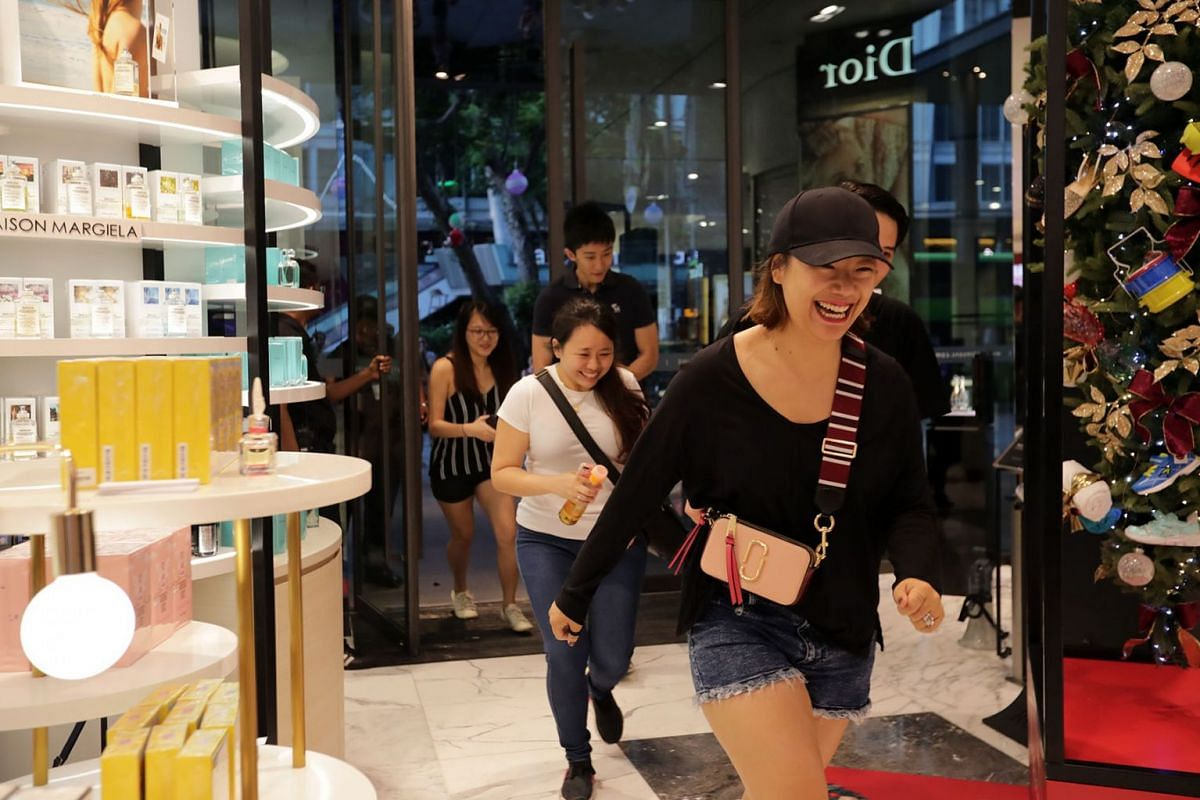 Shoppers dashing into Robinsons The Heeren store when it opened at 7am on Nov 29, 2019, kicking off the start of the Black Friday sale. PHOTO: THE STRAITS TIMES/GIN TAY